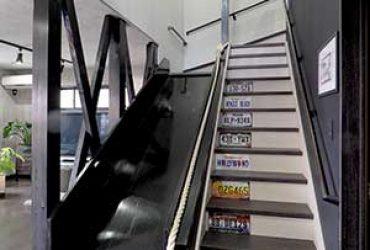 滑り台のある2階へ続く階段