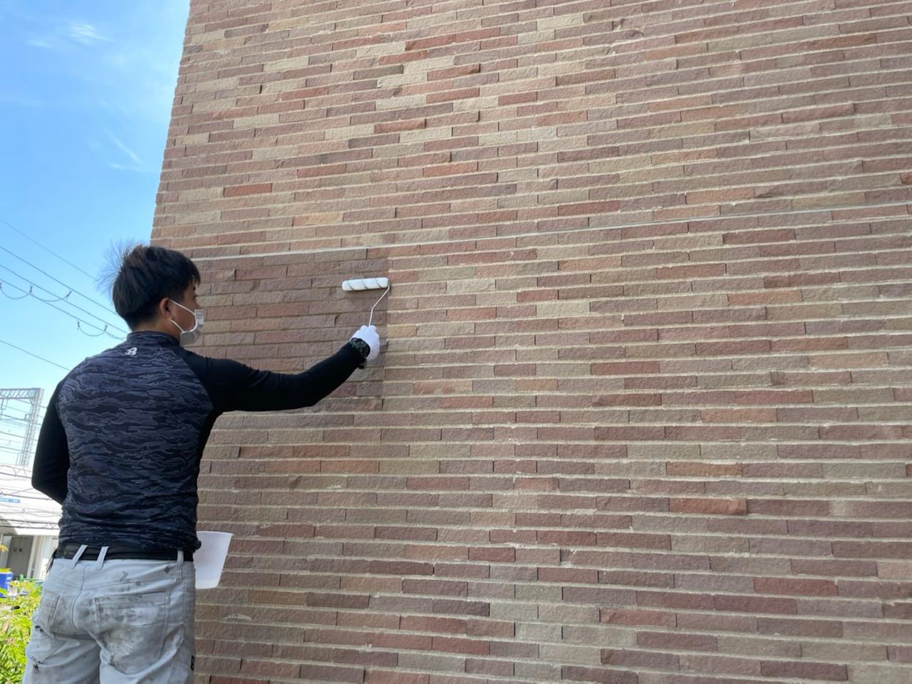 雨漏れ対策にタイル壁を撥水塗装